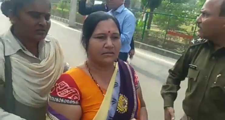 निर्दलीय पार्षद राजेश शर्मा की पत्नी ने हंगामा खड़ा कर दिया।