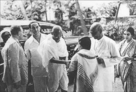 ऐतिहासिक दृश्य 4 जुलाई 1939 का है जिसमें राष्ट्रपिता महात्मा गांधी लोह पुरुष सरदार वल्लभभाई पटेल और स्वतंत्रता सेनानी ख्वाजा अब्दुल हमीद नजर आ रहे हैं गांधी और पटेल ने शोध एवं अनुसंधान के लिए ख्वाजा अब्दुल हमीद को प्रोत्साहित किया दृश्य फैक्ट्री के अवलोकन का है,